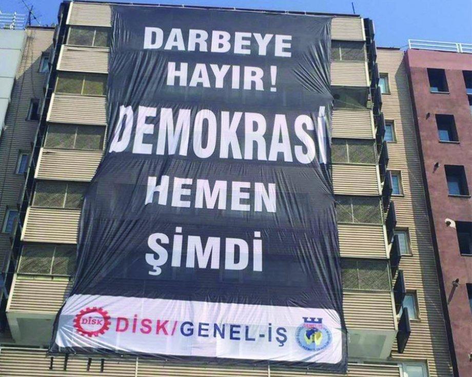 Darbe Girişimi Püskürtüldü Artık Tam Demokrasi İstiyoruz!